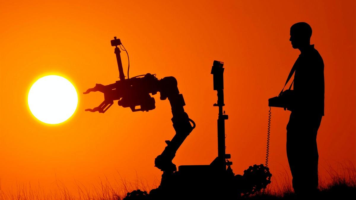 Robotický zahradník ovládaný člověkem na dálkové ovládání.
