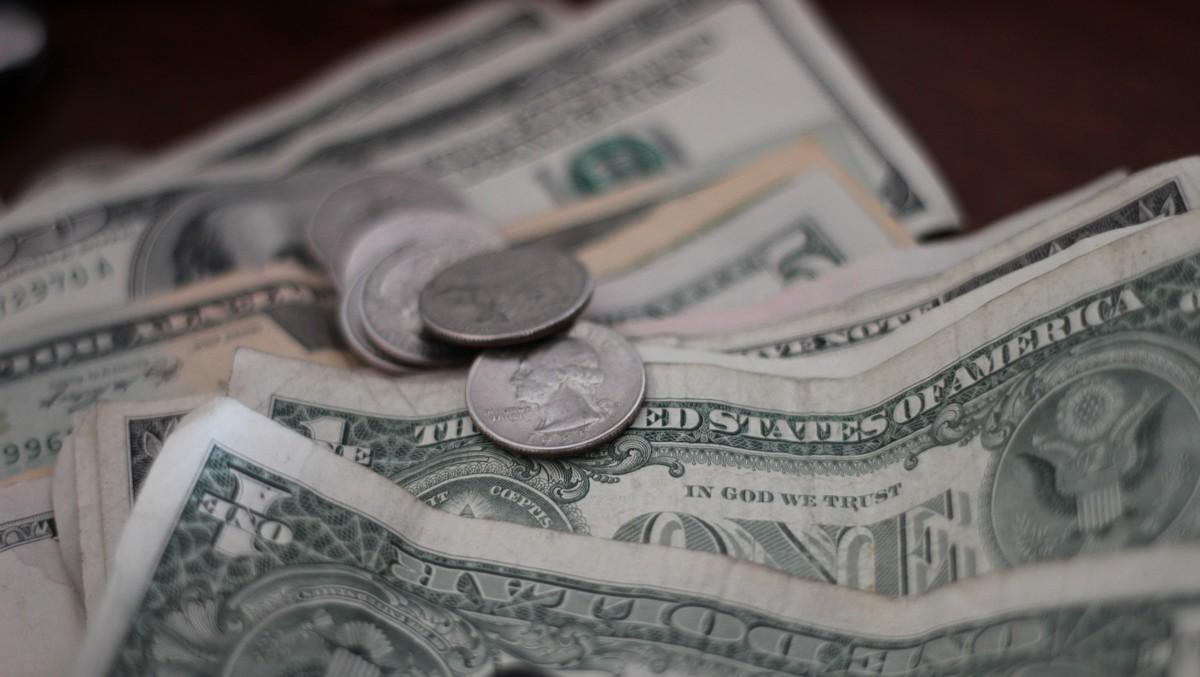 Úspory v domácnosti v podobě papírových bankovek a mincí.
